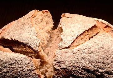 Разломанный хлеб для куклы
